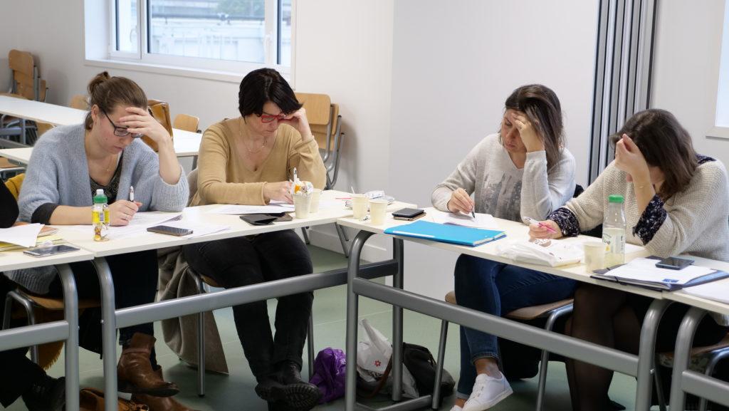 Professionnelles de la petite enfance réalisant une formation courte petite enfance au CRFPE